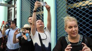La gente reacciona mientras el Presidente de Cuba, Miguel Díaz-Canel y el Primer Ministro de España, Pedro Sánchez caminan durante una visita a La Habana Vieja, Cuba, el 23 de noviembre de 2018.