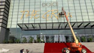 L'affiche pour le grand spectacle de Dolce & Gabbana à Shanghai est retirée après l'annonce de l'annulation du défilé sur fonds de polémique.