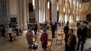 Prière lors d'une messe à la cathédrale Saint-Jean de Lyon le 23 mai 2020, alors que les lieux de culte ont été autorisés à rouvrir