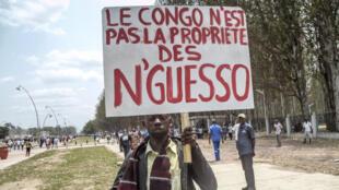 Pancarte d'un manifestant anti-référendum à Brazzaville, le 27 septembre 2015.