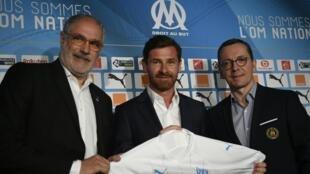 Le président de l'Olympique de Marseille, Jacques-Henri Eyraud (d), Andoni Zubizarreta, alors son directeur sportif (g), et l'entraîneur André Villas-Boas lors de sa présentation, à Marseille, le 29 mai 2019