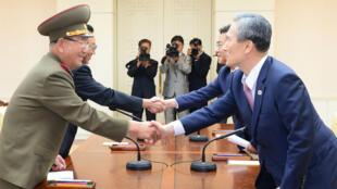 De hauts responsables nord-coréens et sud-coréens se serrent la main pour sceller l'accord du 25 août 2015.