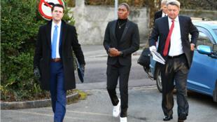 La campeona olímpica Caster Semenya y su abogado Gregory Nott llegan a la audencia del TAS en Lausana, Suiza el 18 de febrero de 2019.