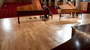 Un accordeur prépare un piano pour le prestigieux concours international Chopin, le 4 septembre 2018 à Varsovie