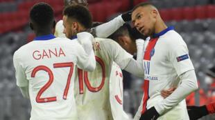 L'attaquant du Paris Saint-Germain, Kylian Mbappé (d), félicité par ses coéquipiers après avoir marqué le 3e but face au Bayern Munich, lors du quart de finale aller de la Ligue des Champions, le 7 avril 2021 à Munich