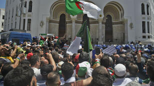 Des manifestants à Alger, vendredi 17 mai.