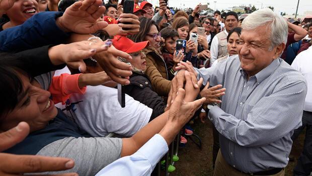 Durante la campaña presidencial, a Manuel López Obrador se le vio en numerosas ocasiones expuesto ante multitudes sin ningún tipo de protección.