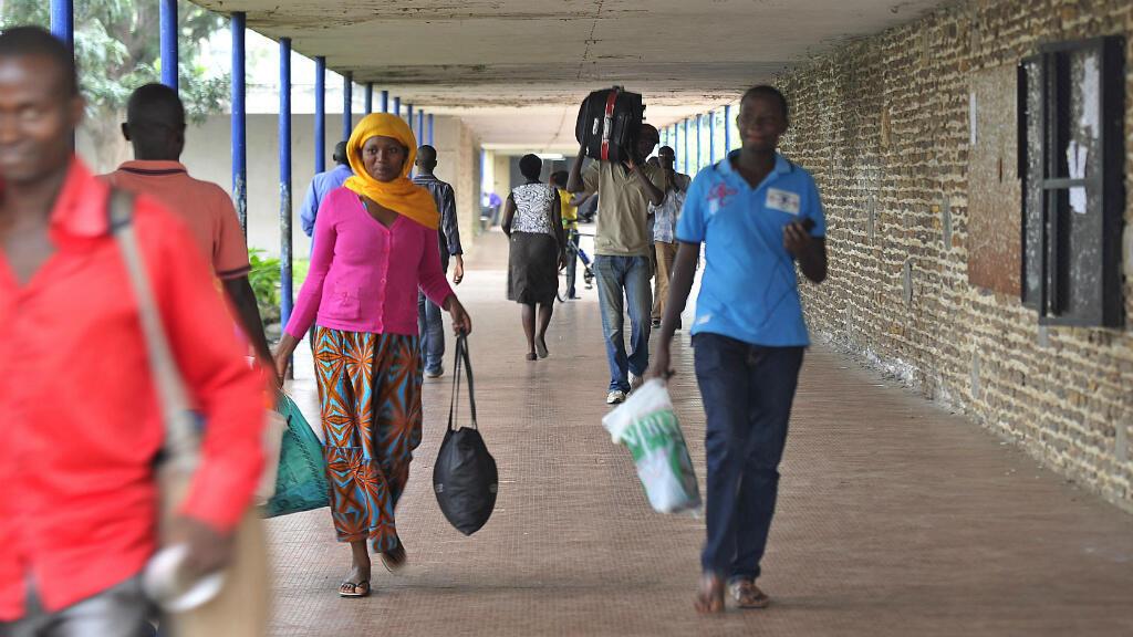 Des étudiants de l'université de Bujumbura évacuent leur campus, jeudi 30 avril, sur ordre du gouvernement.