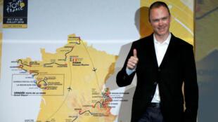 El ganador del Tour de Francia 2017 Chris Froome de Gran Bretaña posa con el mapa del itinerario de la carrera de ciclismo del Tour de Francia 2018