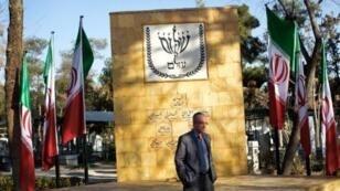 همايون سامه يح نجف أبادي رئيس المجموعة اليهودية في طهران أمام النصب