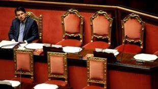 رئيس الوزراء الإيطالي جوزيبي كونتي يجلس وحيدا بعد إلقاء خطاب أمام البرلمان في روما، إيطاليا، 24 يوليو/تموز 2019.
