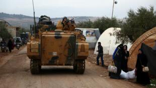 Les forces armées turques, dimanche 21 janvier 2018, près du village syrien de Yazi Bagh, à proximité de la frontière entre la Turquie et la Syrie.