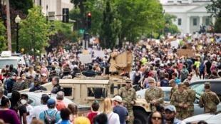 الحرس الوطني الأمريكي خلال احتجاج قرب البيت الأبيض على مصرع جورج فلويد. واشنطن 6 يونيو/حزيران 2020.