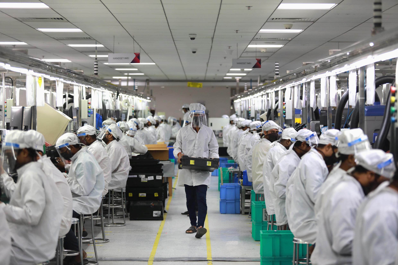 Trabajadores indios en una fábrica de teléfonos, el 12 de mayo de 2020, en Noida.