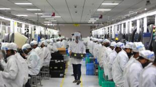 Des travailleurs indiens dans une usine de téléphones, le 12 mai 2020, à Noida.