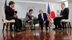 El primer ministro de Japón, Shinzo Abe, y el presidente de Estados Unidos, Donald Trump, durante su reunión en la cumbre del G7 en Biarritz. 25 de agosto de 2019.