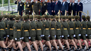 Des soldates du Belarus participent à un défilé organisé malgré la pandémie de coronavirus pour marquer les 75 ans de la victoire sur l'Allemagne nazie, à Minsk le 9 mai 2020