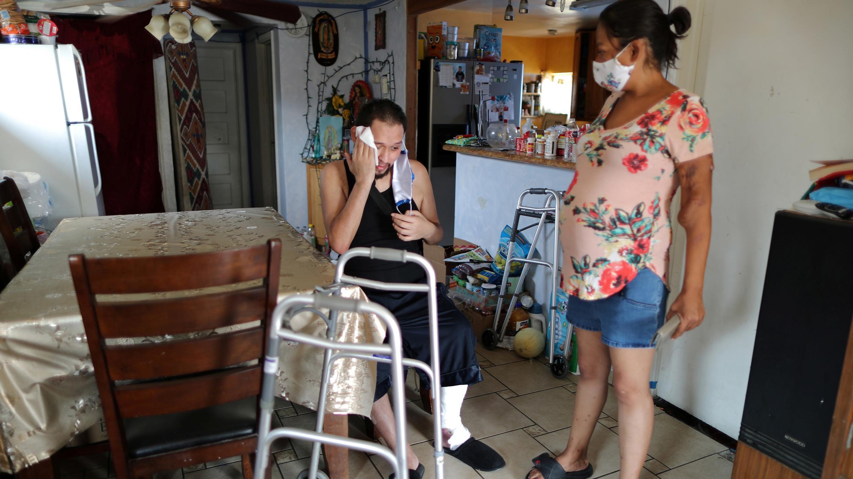 Francisco García, de 31 años, quien pasó casi cuatro meses en el hospital con la enfermedad del coronavirus, se recupera en su casa, en Los Ángeles, California, Estados Unidos, el 19 de agosto de 2020.