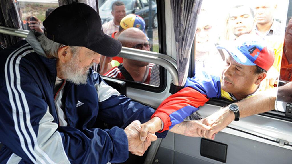 Fidel Castro serre des mains en marge d'une réunion publique à La Havane, lundi 30 mars.