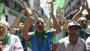 جزائريون يشاركون في المظاهرات الأسبوعية في الجزائر العاصمة - 28 يونيو/حزيران 2019