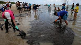 Voluntarios ayudan a eliminar la mancha de petróleo que ha llegado a la costa noreste llegando a la playa de Suape en la ciudad de Cabo Agostinho, estado de Pernambuco, Brasil. 20 de octubre de 2019