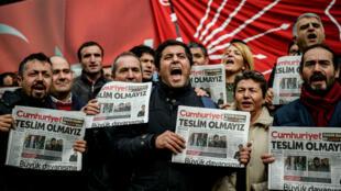 """صحافيون أتراك يتظاهرون تضامنا مع صحفيي جريدة """"جمهورييت"""" التركية 5 تشرين الثاني/نوفمبر 2016"""