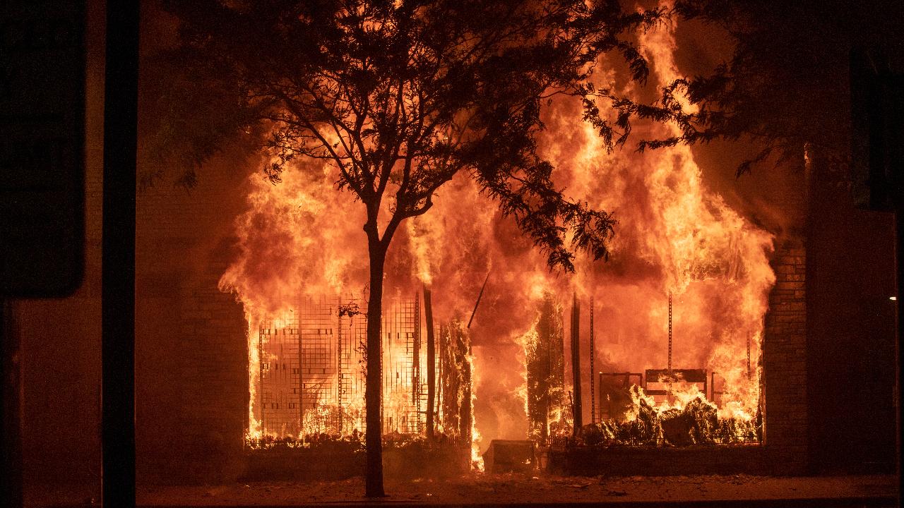 Imagen de un comercio en llamas después de la cuarta noche de protestas en Minneapolis, Minnesota (Estados Unidos), tras la muerte del ciudadano afroamericano George Floyd.