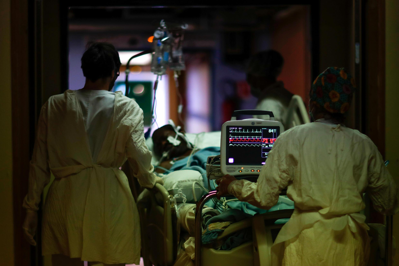 Un patient souffrant du Covid-19 est soigné dans l'unité de soins intensifs à l'hôpital Robert Ballanger d'Aulnay-sous-Bois, le 29 avril 2020.