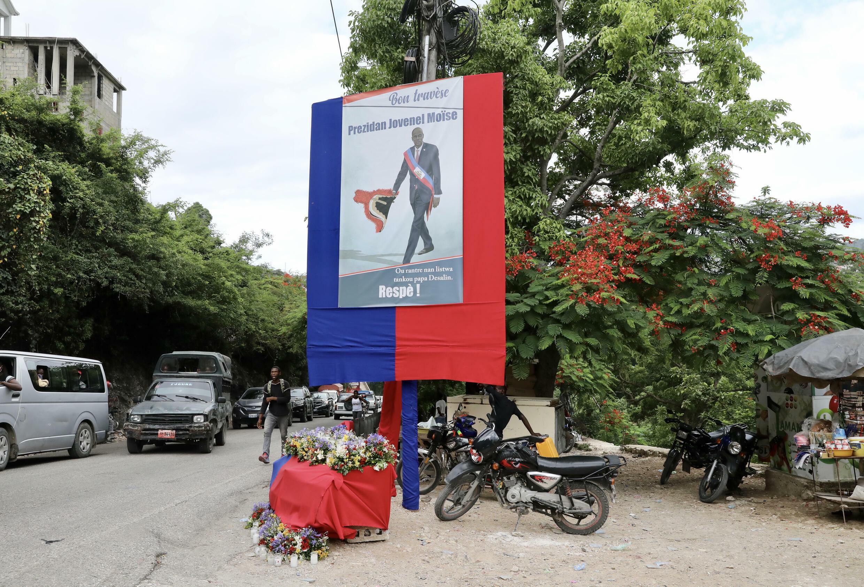 Un homenaje al fallecido presidente haitiano Jovenel Moïse se ve fuera de su casa en Puerto Príncipe, Haití.