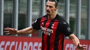 L'attaquant suédois de l'AC Milan Zlatan Ibrahimovic célèbre le 500e but de sa carrière en club inscrit contre Crotone en Serie A le 7 février 2021 à Milan