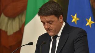 Le Premier ministre italien Matteo Renzi annonce sa démission lors d'une allocution télévisée, dimanche 4 décembre.