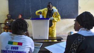 رجل يصوت في مركز اقتراع في باماكو 12 آب/أغسطس 2018.