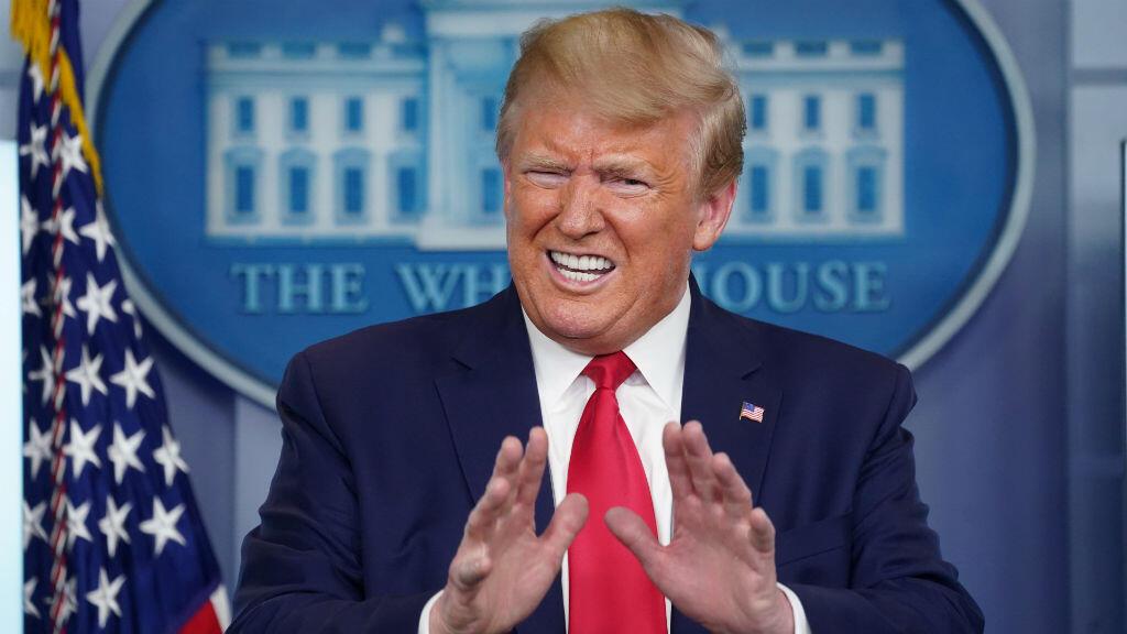 El presidente de Estados Unidos, Donald Trump, responde a una pregunta sobre el informe del Inspector General del Departamento de Salud y Servicios Humanos sobre la escasez de nuevas pruebas de coronavirus para hospitales durante la sesión informativa diaria del grupo de trabajo sobre coronavirus en la Casa Blanca en Washington D. C., EE. UU., el 6 de abril de 2020.