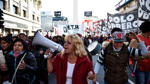 Los manifestantes marchan hacia la Plaza de Mayo durante una protesta contra las medidas económicas del Gobierno en Buenos Aires, Argentina , el 22 de agosto de 2019.