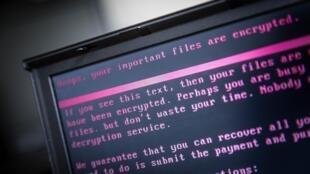 Una computadora portátil muestra un mensaje después de ser infectada por un virus.