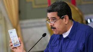 Nicolás Maduro muestra los que serán los nuevos billetes en Venezuela. El mandatario postergó la reconversión monetaria prevista para el 4 de agosto.