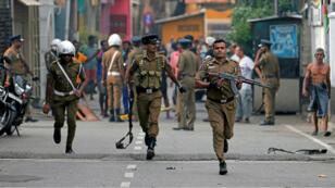 Les forces de sécurité, lundi 22avril2019, inspectent les environs de l'une des églises frappées par les attentats du dimanche de Pâques, à Colombo, capitale du Sri Lanka.
