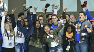 Emma Gonzalez, au centre, entourée de camarades de son lycée lors d'une manifestation à Washington, le 24 mars.
