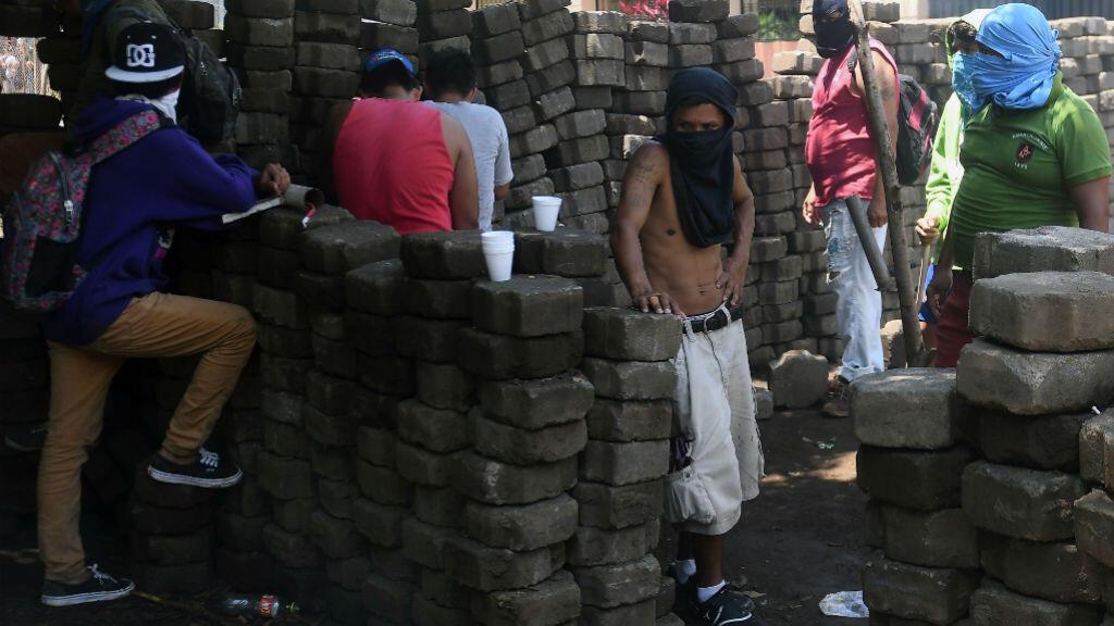 Des manifestants face à la police, jeudi 21 juin 2018, à Masaya au Nicaragua.
