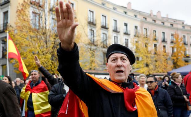 Los partidarios del difunto dictador Francisco Franco dan saludos fascistas durante una reunión que conmemora el aniversario 43 de la muerte de Franco en la madrileña plaza de Oriente, España , el 18 de noviembre de 2018.