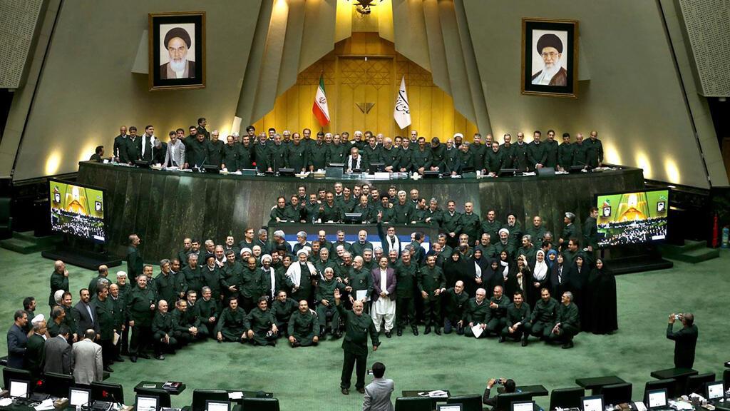 Una foto de la agencia de noticias del Parlamento iraní muestra a los parlamentarios iraníes vistiendo los trajes de la Guardia Revolucionaria durante una sesión parlamentaria en la Asamblea Consultiva Islámica en Teherán el 9 de abril de 2019.