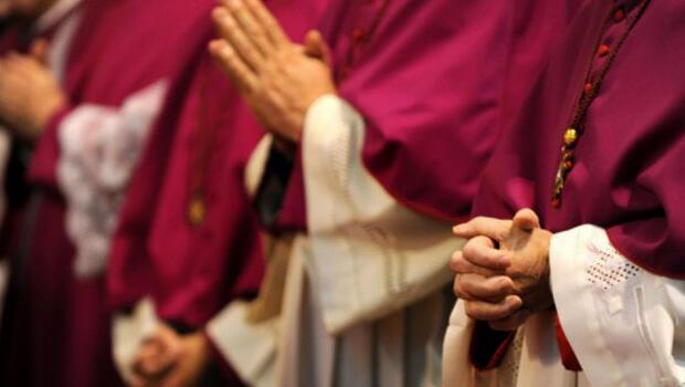 Obispos alemanes se cruzan de brazos cuando asisten al servicio inaugural de una reunión plenaria de la Conferencia Alemana de Obispos Católicos el 21 de septiembre de 2010, en Fulda.