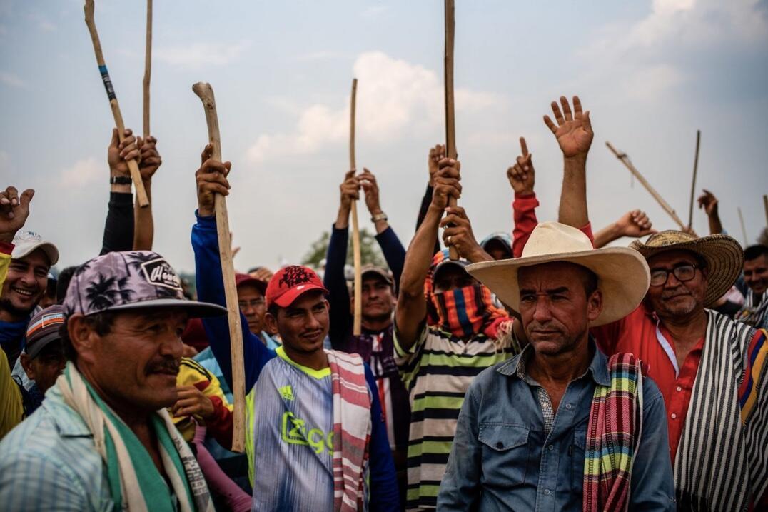 Un grupo de campesinos reunidos en el sector de Los Pozos, una vereda de San Vicente del Caguán, acampa mientras reclama la presencia del Gobierno para dialogar sobre la situación de ocupación en los Parques Nacionales Naturales, donde muchos de ellos se han instalado, y protesta por las detenciones y los abusos de los que acusan a la Operación Artemisa. En un operativo en febrero de 2020, cerca de 1.000 militares capturaron a 24 campesinos, entre ellos mujeres y menores de edad, a los que finalmente liberaron.