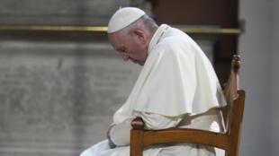 Una foto impresa disponible por Vatican Media muestra al Papa Francisco rezando en la Catedral de St Mary en Dublín el 25 de agosto de 2018, al comienzo de su visita a Irlanda para asistir al Encuentro Mundial de Familias de 2018.