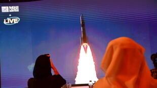 """صورة مؤرخة في 19 تموز/يوليو 2020 تظهر إطلاق المسبار """"أمل"""" على شاشة في مركز محمد بن راشد للفضاء في دبي"""