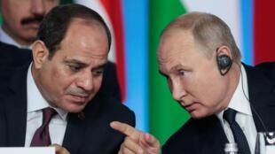 Le président égyptien Abdel Fattah al-Sissi et le président russe Vladimir Poutine lors de la séance plénière du sommet Russie-Afrique 2019 à Sotchi, le 24octobre2019.