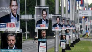 لافتات ضمن الحملة الانتخابية مرفوعة على أعمدة في زغرب في 2 تموز/يوليو 2020