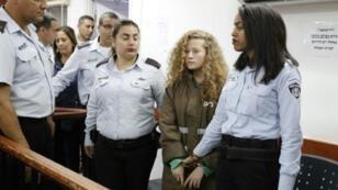عهد التميمي (الثانية من اليمين) خلال مثولها أمام المحكمة العسكرية في سجن عوفر في بلدة بيتونيا في الضفة الغربية المحتلة في 25 كانون الأول/ديسمبر 2017