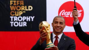 David Trezeguet, exfutbolista francés y miembro del equipo campeón mundial del Mundial Francia 1998, muestra el trofeo de la Copa Mundial de fútbol de la FIFA en Bogotá, Colombia, el 3 de abril de 2018.