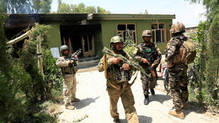 Personal de las fuerzas de seguridad afganas inspecciona un inmueble luego de un ataque en la ciudad de Jalalabad, Afganistán, el 11 de julio de 2018.